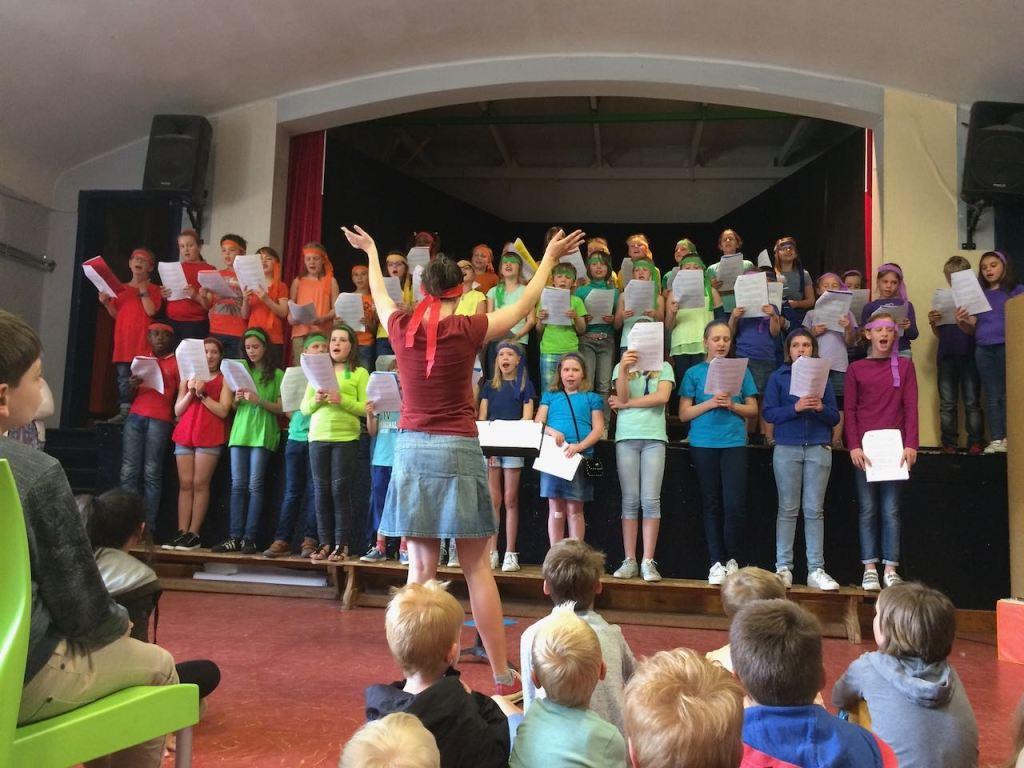 Zingen tijdens het schoolfeest.