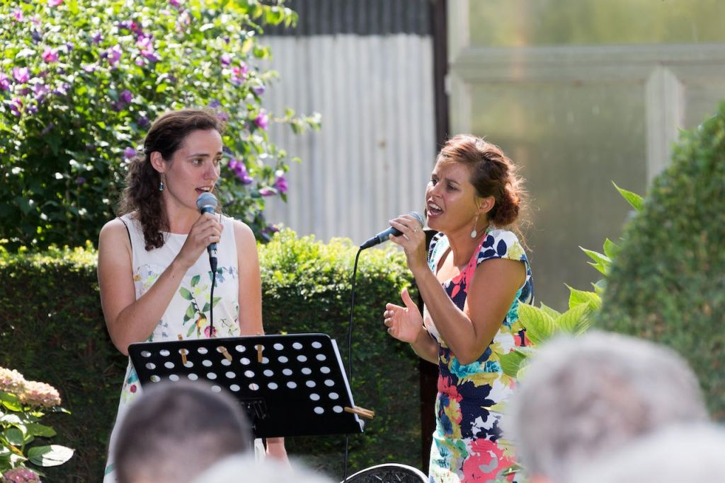 Samen met Kathleen een duet zingen op een trouwfeest.