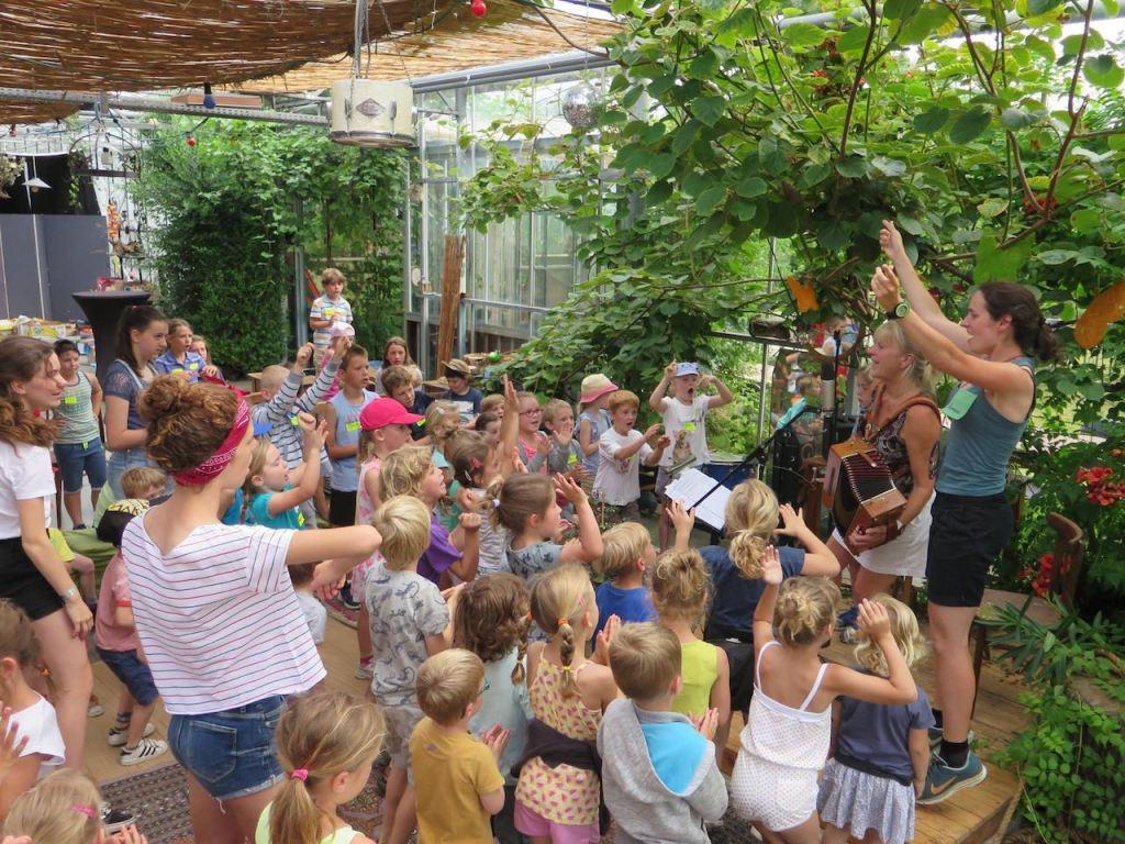 Zingen tijdens de kinderkampen in het Netepaleis.